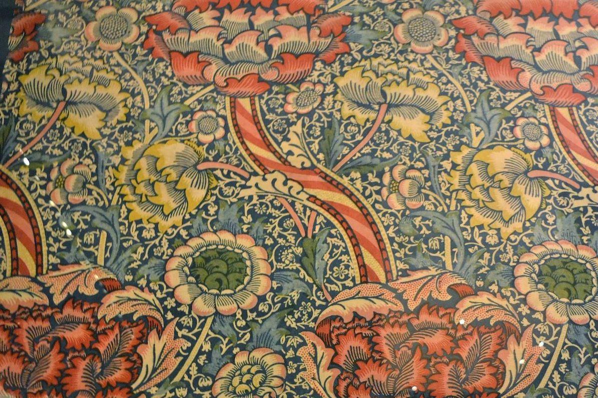 """Morris' """"Wandle""""-mønster er fra 1884, og der blev brugt indigo til farvningen af mønsteret på bomuld dengang. Udstillet på V&A, London."""